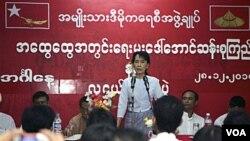 Pemimpin demokrasi Birma, Aung San Suu Kyi berbicara di hadapan pendukungnya.