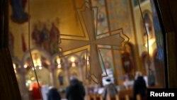 Jemaat berdoa di sebuah gereja Katolik di New York.