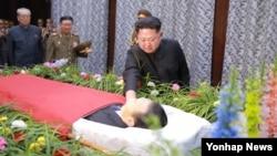 북한 김정은 국방위원회 제1위원장이 사망한 김양건 노동당 비서의 빈소를 방문해 조의를 표했다고 조선중앙통신이 31일 보도했다. 빈소를 찾은 김 제1위원장이 김 당비서의 시신에 오른손을 대고 울음을 참는 듯한 표정을 짓고 있다.