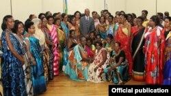 რუანდელი პარლამენტარი ქალები ქვეყნის პრეზიდენტთან პოლ კაგამესთან ერთად