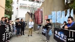 支持及反對港獨示威者在校門外抗議 (美國之音特約記者 湯惠芸拍攝 )