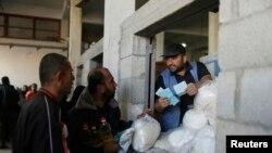 Раздача продовльствия в Газе. 10 апреля 2013 года