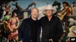 El compositor Don Schlitz, (izquierda) y el cantante y compositor Alan Jackson posan tras anunciarse el miércoles, 5 de abril de 2017, en Nashville, Tennessee, que serán presentados al Salón de la Fama de la Música Country.