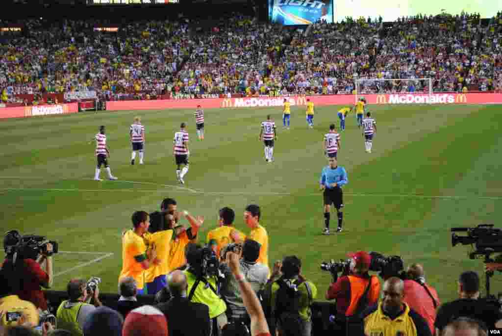 Los jugadores brasileros felicitan a Marcelo (no. 6) después que anotara el tercer gol de Brasil. VOA/M. Lipin