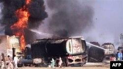 Xe tải chở nhiên liệu của Mỹ và NATO bị đốt cháy ở Shikarpur, miền nam Pakistan, ngày 1/10/2010