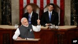 나렌드라 모디 인도 총리가 8일 워싱턴 미 의회에서 상하원 합동 연설을 하고 있다. 그 뒤로 조 바이든 부통령(왼쪽)과 폴 라이언 하원의장의 모습이 보인다.