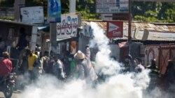 Yon nèg ki voye tounen sou lapolis yon bwat gaz lakrimojèn nan yon manifestasyon kont Prezidan Jovenel Moise nan Pòtoprens, nan dat 10 fevriye 2021 (Foto Achiv).