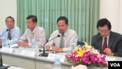 Tep Nitha, secretary general of NEC, and other senior officials on Friday, May 3, 2013, speaks at a press conference at the NEC headquarters. (Suy Heimkhemra/VOA Khmer)