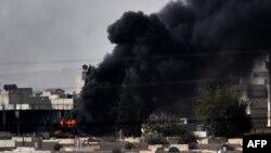 Sınırın Türkiye tarafındaki Murşitpınar köyünden çekilen fotoğrafta Kobani'de yoğun çatışmalar yaşandığı görülüyor