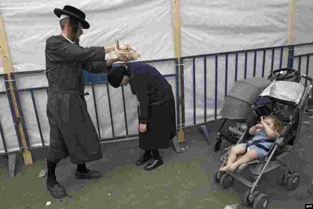 بچے اور بڑے سب ہی یوم کپور کی رسومات کی ادائیگی کرتے نظر آتے ہیں