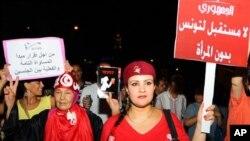Phu nữ Tunisia biểu tình phản đối việc chính phủ do thành phần Hồi giáo dẫn đầu thúc đẩy những thay đổi trong hiến pháp làm suy giảm quyền của phụ nữ