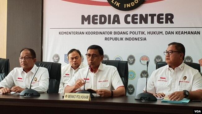 Menkopolhukam Wiranto (tengah) dalam jumpa pers di kantornya di Jakarta, Senin (30/9). (Foto: VOA/Fathiyah)