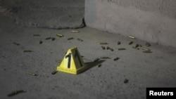 Una marca de evidencias por impactos de bala marcada por las autoridades en Ciudad Juárez, México.