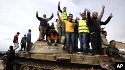 利比亚抗议者2月24日站在军队的坦克上