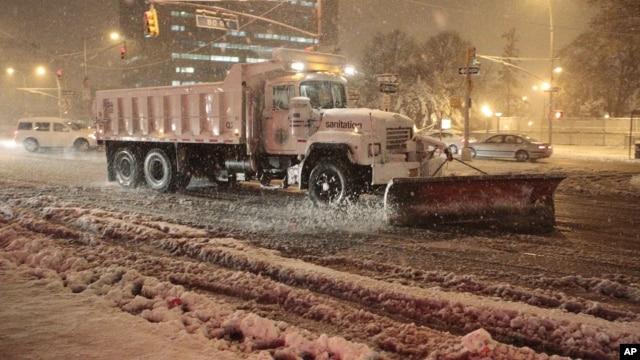 7일 해안성 폭풍 '노리스터'의 영향으로 뉴욕 주에 내린 눈을 치우는 제설트럭. 뉴욕과 뉴저지 주에서는 일부 저지대 주민들에게 긴급 대피를 권고했다.