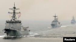 지난 2008년 10월 한국 부산항 인근에서 열린 국제 관함식에 한국과 미국, 러시아, 중국, 일본 등 12개국 함정 50여척이 참가했다. 한국의 이지스 구축함 '세종대왕함'(왼쪽)을 비롯한 각 국 함정들이 기동하고 있다. (자료사진)