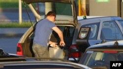 Президент Беларуси отреагировал на протесты, снизив цены на топливо
