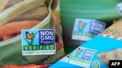 在商品包装上印有非转基因认证标识的食品(资料图)