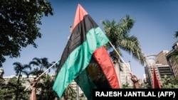 Des drapeaux du Biafra exposés lors d'une manifestation à Durban, en Afrique du Sud, le 30 mai 2019, lors d'une marche pour la liberté du Biafra organisée dans le monde entier.