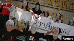 Para pendukung Amphon Tangnoppaku yang dijuluki 'Paman SMS' berunjuk rasa di depan pengadilan Bangkok (Foto: dok). Amphon meninggal dunia di rumah sakit penjara Thailand.