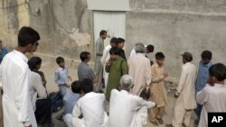 Warga Pakistan yang marah berkumpul di luar rumah seorang anak perempuan Kristen yang dituduh menodai al-Quran di Islamabad (20/8).