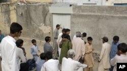 Warga Pakistan berkumpul di luar rumah anak perempuan Kristen yang dituduh menodai al-Quran di Islamabad (20/8).