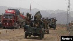 ایک فوجی دستہ بنوں سے شمالی وزیرستان کی طرف جا رہا ہے۔ (فائل فوٹو)
