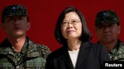 Presiden Taiwan Tsai Ing-wen (tengah) mendorong kebijakan industri pertahanan bela diri,