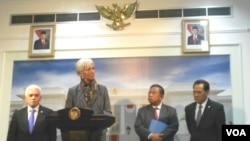 Bộ trưởng Kinh tế Indonesia Hatta Rajasa (Trái) và Giám đốc IMF Christine Lagarde trong cuộc họp báo ở Jakarta, ngày 7/9/2012