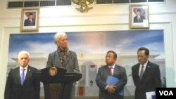 Direktur Eksekutif IMF, Christine Lagarde didampingi oleh Menteri Perekonomian Hatta Rajasa, Gubernur BI Darmin Nasution dan Menteri Keuangan Agus Martowardoyo dalam konferensi pers di Jakarta (9/7).