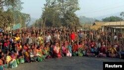 آسام میں دیہی کونسلوں کے خلاف مظاہرہ کرنے والے رابہا قبائلی ایک سڑک پر دھرنا دیے بیٹھے ہیں