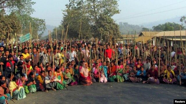 Người bộ tộc Rabha chặn một đường trong một cuộc biểu tình ở quận Goalpara trong bang Assam 12/2/13