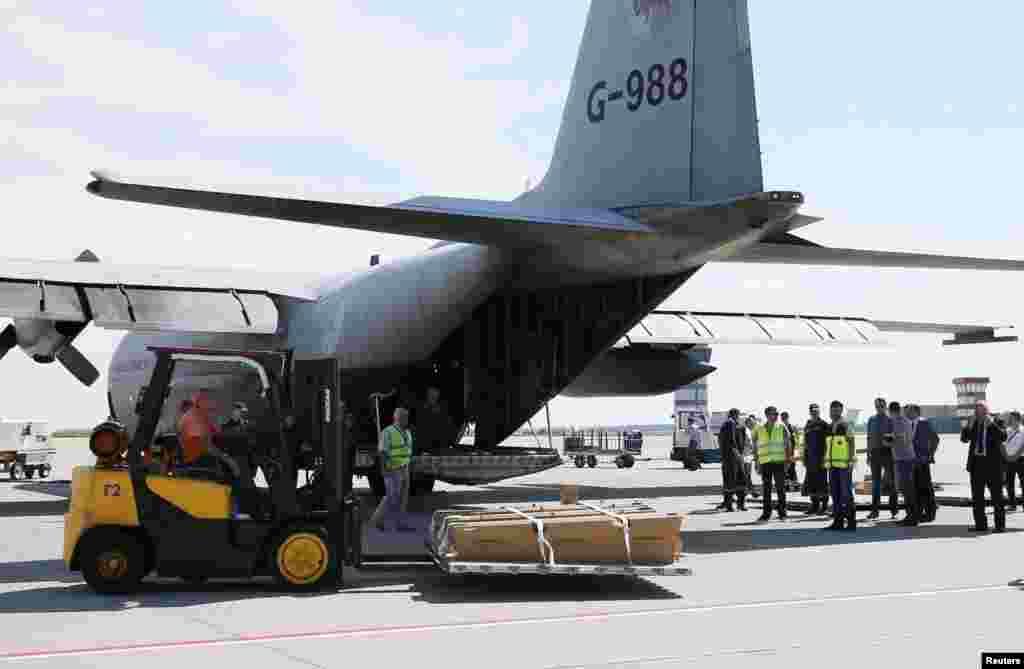 ملائیشیا ایئر لائن کے طیارے کی جائے حادثہ سے برآمد ہونے والی لاشیں شناخت کے لیے نیدرلینڈز روانہ کر دی گئی ہیں۔