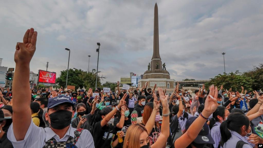 Đám đông biểu tình trước tượng đài Chiến Thắng ở Bangkok, Thái Lan hôm 21/10/2020. (AP Photo/Sakchai Lalit)