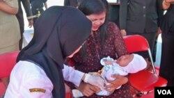 Balita di Surabaya, Jawa Timur, diberi suntikan imunisasi melawan difteri atau penyakit saluran pernafasan atas. (VOA/Petrus Riski)