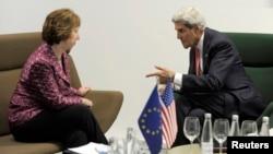 Ngoại trưởng Mỹ John Kerry nói chuyện với Cao ủy EU phụ trách chính sách an ninh và đối ngoại, bà Catherine Ashton, ở Vilnius, 7/9/2013