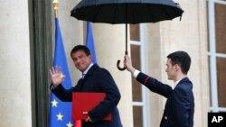 Fransa Başbakanı Maruel Valls, Cumhurbaşkanı Francoise Hollande ile görüşmeye giderken