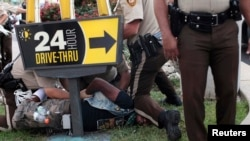 18일 미국 미주리주 퍼거슨에서 흑인 청년 마이클 브라운의 사망에 항의하던 시위대 일원이 경찰에 체포되었다.