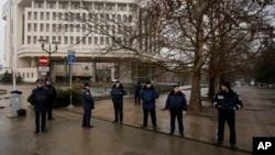 Petugas Kepolisian Ukarina berjaga di depan gedung kantor pemerintah daerah di Simferopol, Krimea, Ukraina (27/2).
