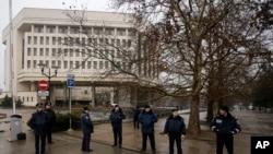 Polisi Ukraina berjaga-jaga di depan gedung pemerintah di Simferopol, Krimea, Ukraina (27/2).. (AP/Darko Vojinovic)