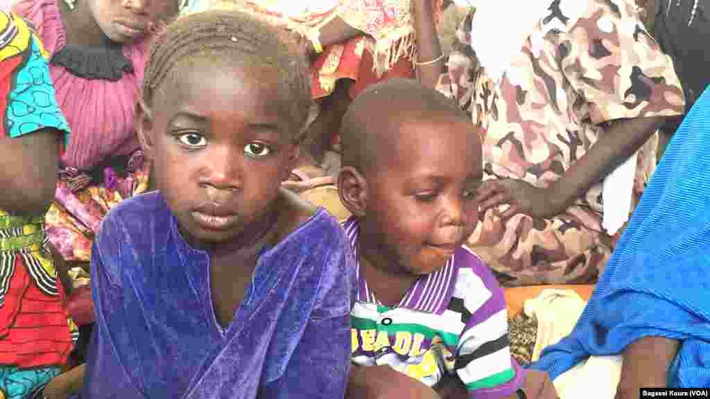 Muitas crianças encontram-se entre os refugiados.