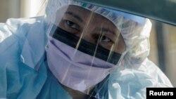 Một nhân viên y tế tại nơi xét nghiệm nhanh COVID-19 ở tiểu bang Washington.
