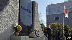 蓋茨在東京向紀念碑敬獻花圈