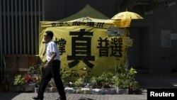6月16日香港政府總部前﹐有泛民的標語及帳幕。