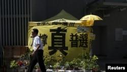一名保安走过香港政府外民主派抗议者搭建的要求真普选的帐篷 (2016年6月16日)
