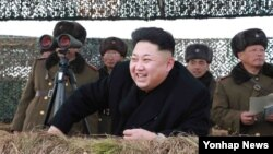 북한 김정은 국방위원회 제1위원장이 조선인민군 서부전선 기계화타격집단의 겨울철 도하공격연습을 지도하고 있다. 북한 관영 조선중앙통신은 27일 이 사진을 보도하며 정확한 촬영일자와 장소를 밝히지 않았다