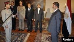 ທ່ານ Mohammed Morsi ໄດ້ແຕ່ງຕັ້ງ ທ່ານ Lt. Gen. Abdel-Fattah el-Sissi ເປັນລັດຖະມົນຕີປ້ອງກັນປະເທດ.