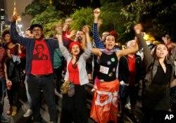 ພວກປະທ້ວງ ຮ້ອງໂຮຄຳຂວັນ ສະໜັບສະໜຸນ ທ່ານນາງ Dilma Rousseff ປະທານາທິບໍດີ ຂອງບຣາຊີລ ຢູ່ໃນນະຄອນ Sao Paulo ຂອງ Brazil, ວັນທີ 11 ພຶດສະພາ 2016.