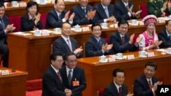 2013年三月,中共中央政治局常委张德江(左)在接任中国全国人大委员会常务委员会委员长职务时与前任吴邦国在一起。(资料照片)