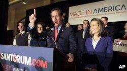 角逐共和黨總統參選提名的賓夕法尼亞州前聯邦參議員桑托勒姆和台的太太2月7日出席在密蘇里初選晚會確。
